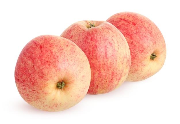Rustykalne jabłka ogrodowe na białym tle. trzy całe owoce z cieniem.