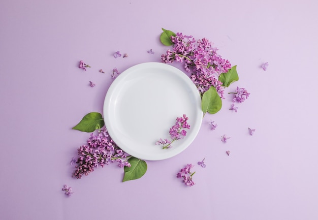 Rustykalne nakrycie stołu z kwiatami bzu na jasnym stole romantyczna kolacja
