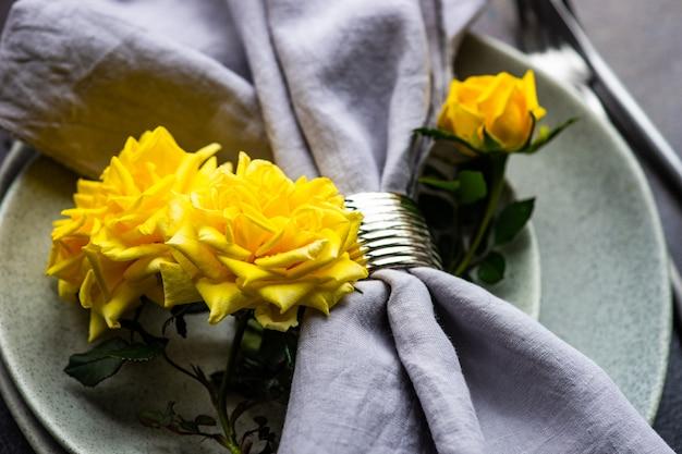 Rustykalne nakrycie stołu z żółtymi różami