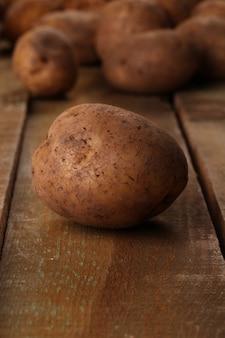 Rustykalne nieobrane ziemniaki na biurkach