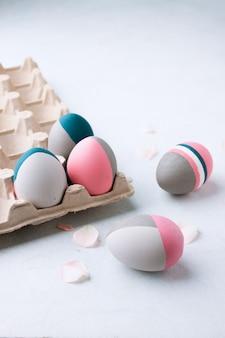 Rustykalne pisanki. wciąż życie piękni malujący wielkanocni jajka na bielu stole. koncepcja indywidualności, bycia innym, organicznym, tatuaż na jajku.