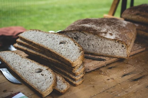 Rustykalne plastry chleba na zakwasie