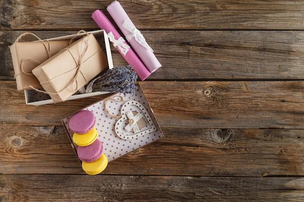 Rustykalne pudełko zapakowane brązowy papier widok z góry na drewnianym stole z miejscem na tekst. osobisty prezent jako symbol kochającego serca.