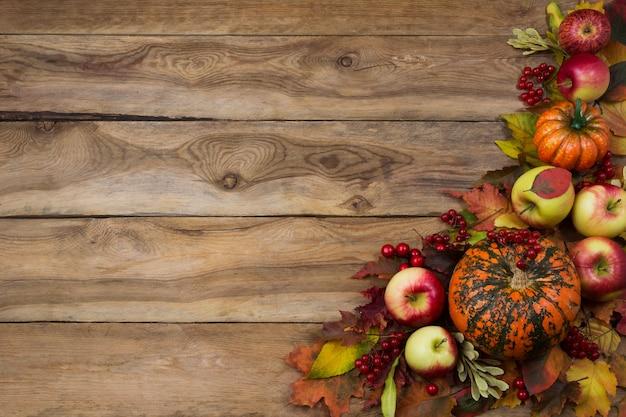 Rustykalne tło upadek z dyni, jabłka, kalina