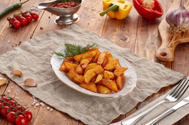 Rustykalne ziemniaki z koperkiem, drewniane tła