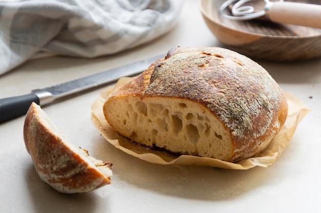 Rustykalny bochenek chleba na zakwasie, okrągły domowy chleb z dzikich drożdży.