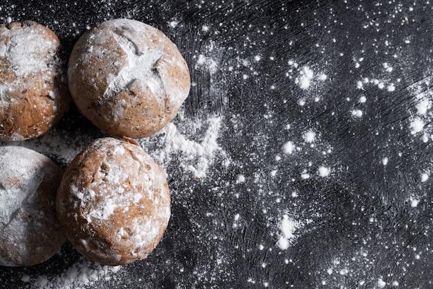 Rustykalny bochenek chleba wypełniony mąką