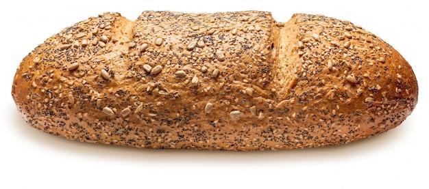 Rustykalny chleb wieloziarnisty (pszenica, żyto, nasiona słonecznika, siemię lniane, mak, sezam i jęczmień). mistrz świata. samodzielnie na białym tle widok z boku.