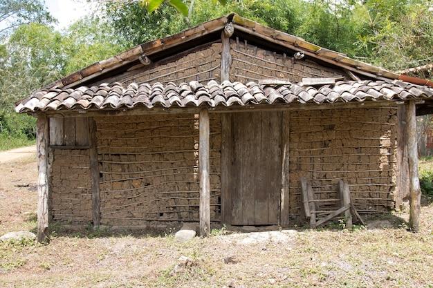 Rustykalny dom typu taipa wykonany z drewna i gliny.