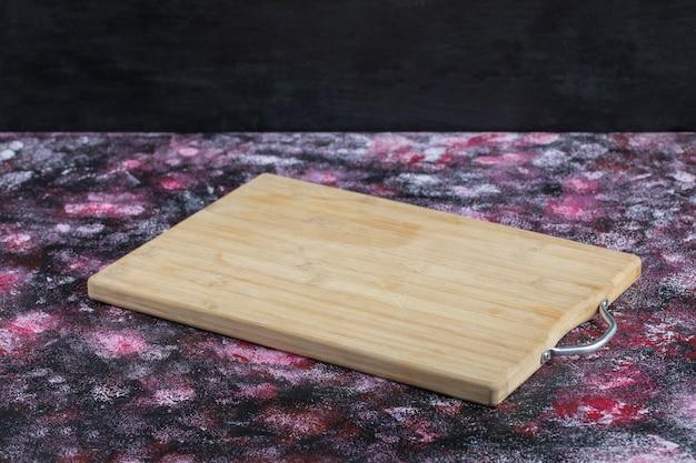 Rustykalny drewniany talerz na białym tle