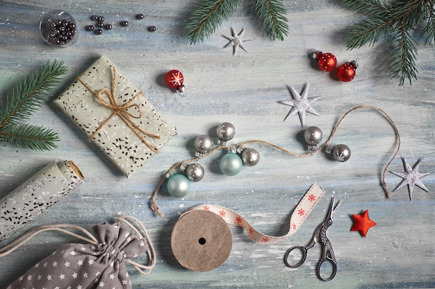 Rustykalny drewniany z jodłowymi gałęziami, zapakowanymi prezentami i świątecznymi dekoracjami