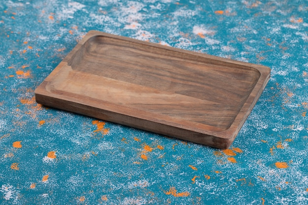 Rustykalny kwadratowy drewniany półmisek wyrzeźbiony z dębu