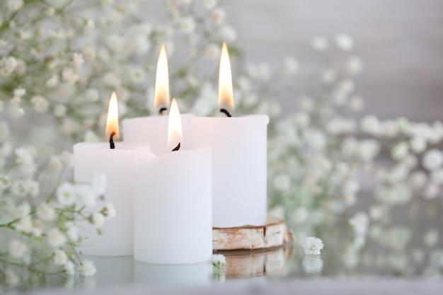 Rustykalny oddech dziecka suszone białe kwiaty gipsówki i świece na stole. piękne pomysły na dekoracje ślubne i wystrój wnętrza pokoju.