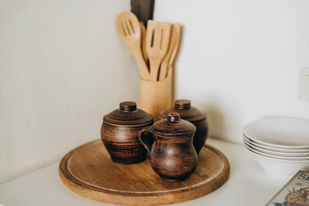 Rustykalny wystrój kuchni w kuchni na poddaszu. miękka selektywna ostrość.