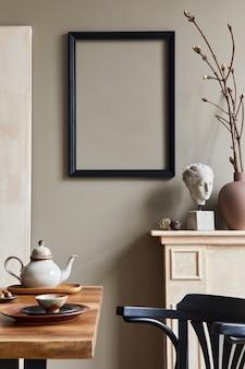 Rustykalny wystrój wnętrza jadalni z drewnianym rodzinnym stołem, świecznikiem, krzesłem retro, filiżanką kawy, dekoracją, makieta ramki na zdjęcia i eleganckimi akcesoriami osobistymi. beżowa ściana. szablon.