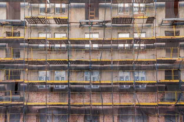Rusztowanie na elewacji budynku