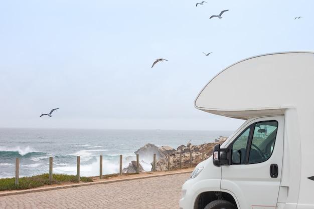 Rv kamper klasy b i morze sceniczne. road trip camping. motyw pojazdu rekreacyjnego.