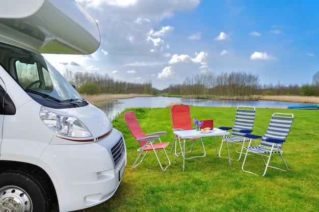 Rv (kamper) na kempingu, rodzinne wakacje, wakacyjna wycieczka samochodem kempingowym