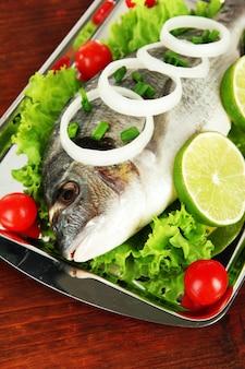 Ryba dorado na stole z bliska