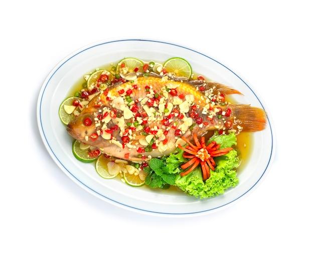 Ryba gotowana na parze z sosem limonkowym pikantna, smaczna czerwona tilapia ryba tajska