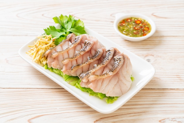 Ryba grouper na parze z pikantnym sosem maczanym