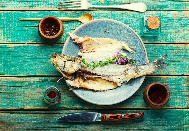 Ryba labraksa zapiekana z pikantnymi ziołami