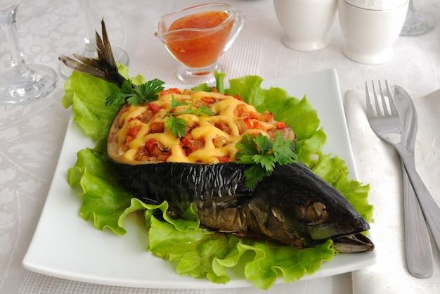 Ryba (makrela) faszerowana warzywami i serem