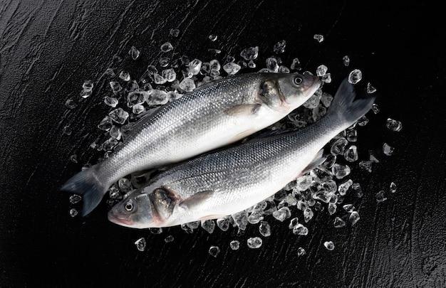 Ryba morska labraksa na lodzie na czarnej powierzchni kamienia