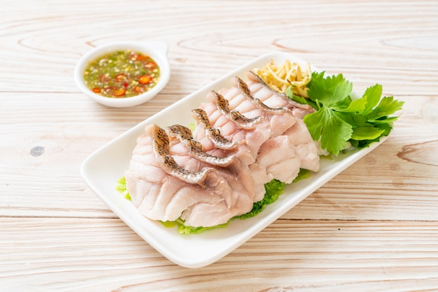 Ryba parzona na parze z ostrym sosem do dipów