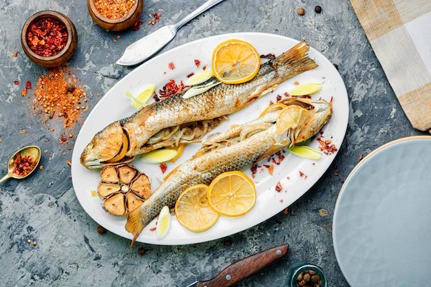 Ryba pieczona z granatem