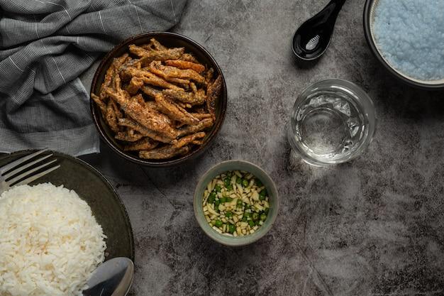 Ryba pieczona z sosem azjatyckim owoce morza koncepcja.