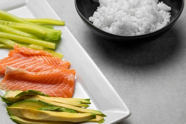 Ryba pod dużym kątem i awokado na talerzu