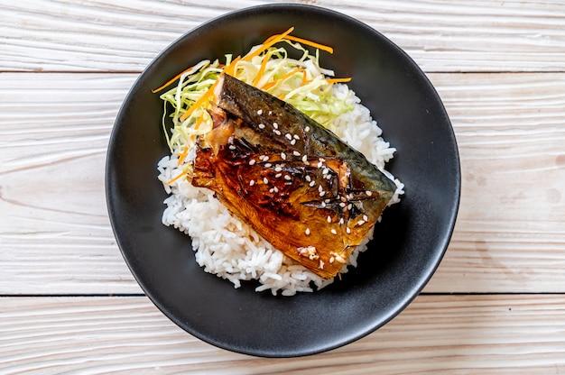 Ryba saba grillowana z sosem teriyaki na misce z ryżem