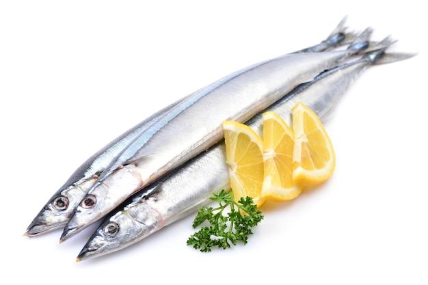 Ryba saury z cytryną zbliżenie