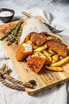 Ryba z frytkami, brytyjskie fast foody podawane z sosem tatarskim. widok z góry