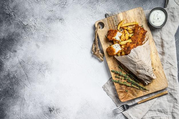 Ryba z frytkami, frytki i filet z dorsza smażone w bułce tartej. widok z góry. skopiuj miejsce