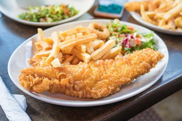 Ryba z frytkami, tradycyjna brytyjska ryba z frytkami.