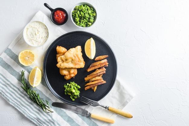 Ryba z frytkami z dorszem w panierce piwnej i frytkami oraz sosem tatarskim i groszkiem