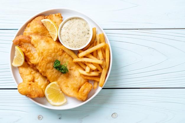 Ryba z frytkami z frytkami, niezdrowe jedzenie