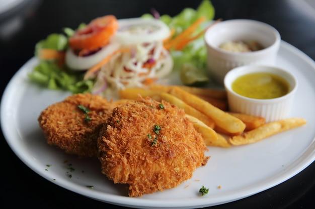 Ryba z frytkami z sosem