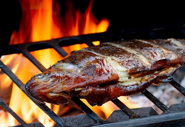 Ryba z grilla na patelni grillowej. gotowanie z grilla.