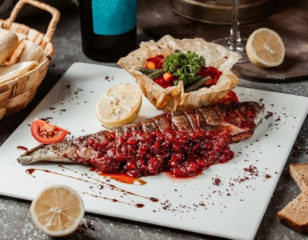 Ryba z grilla podawana z sałatką warzywną w cieście płaskim