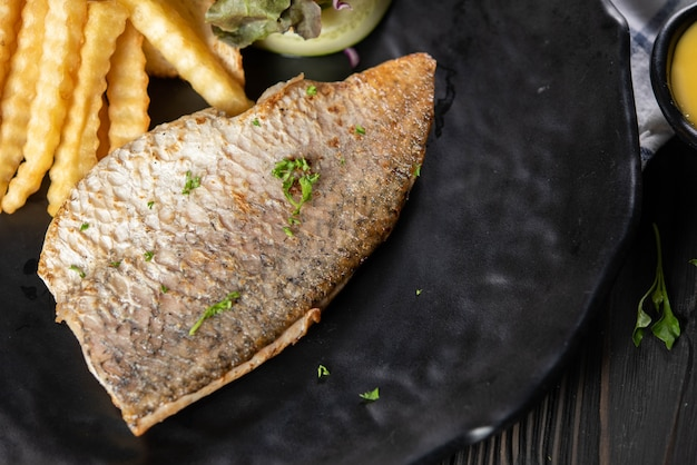 Ryba z grilla z frytkami