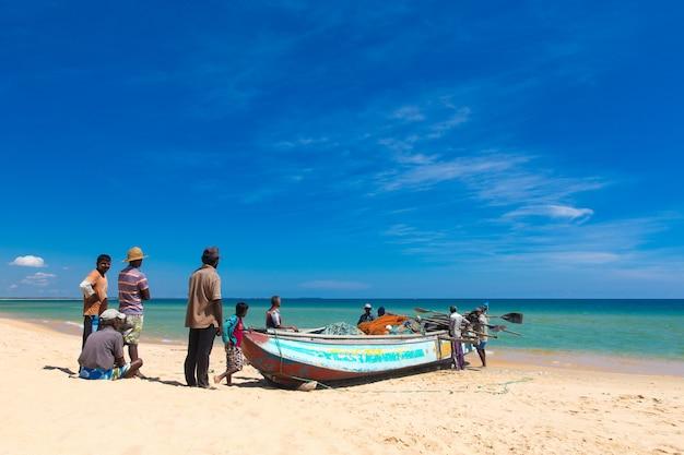 Rybacy ciągną sieć rybacką z oceanu indyjskiego