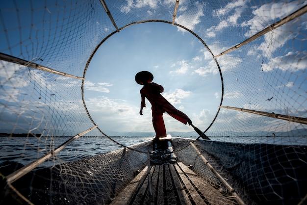 Rybacy intha pracują rano. lokalizacja jeziora inle, myanmar.