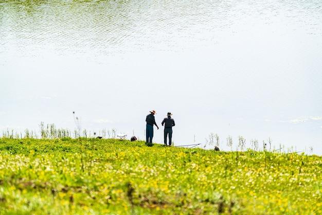 Rybacy na brzegu jeziora