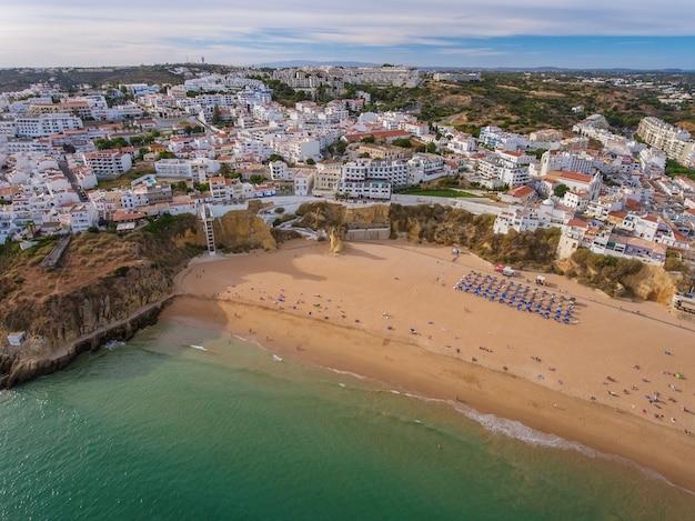 Rybacy na plaży, turyści na wakacjach w albufeira.