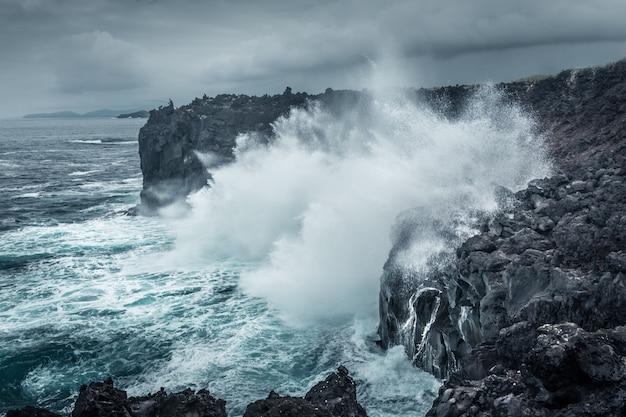Rybak i ocean. wyspa asorez san miguel. portugalia.