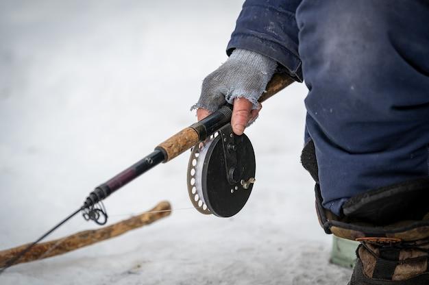 Rybak na jeziorze bajkał na syberii