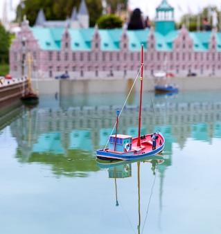 Rybak na łodzi rybackiej, miniaturowa scena plenerowa, europa. mini figurki z wysokim rozszczepieniem przedmiotów, realistycznie diorama